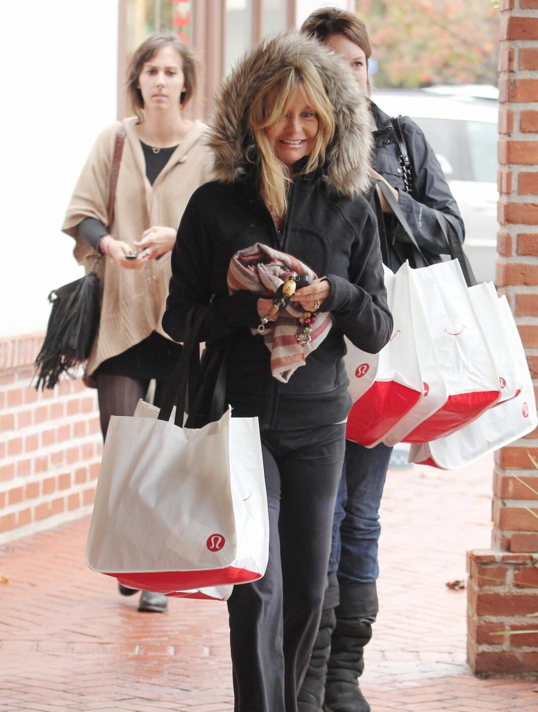 FULLPAKKET: Goldie Hawn tok julehandelen med et stort smil.  Foto: All Over Press