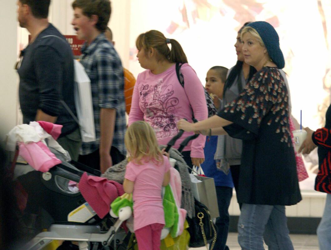 UTE MED BABYEN: Tori Spelling og Dean McDermott på Woodland Hills kjøpesenter med babyen Hattie Margaret. Foto: Stella Pictures