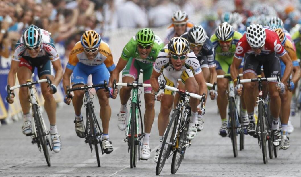 <strong>BEDRE MED BAKEPULVER?:</strong> Danskenes svar på Olympiatoppen, Team Danmark, forsker på bruk av bakepulver i drikkeblandinger i håp om at det skal bremse produksjonen av melkesyre - typisk i spurtsituasjoner, som her på Champs-Élysées på siste etappe av Tour de France.
