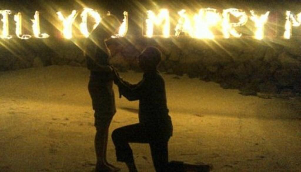 SE, SÅ ROMATISK! Nick Candy fridde denne uka til australske Holly Valance, som denne høsten har vært å se i britiske  «Skal vi danse». Frieriet skjedde på Maldivene.  Foto: © Twitter/HollyValance