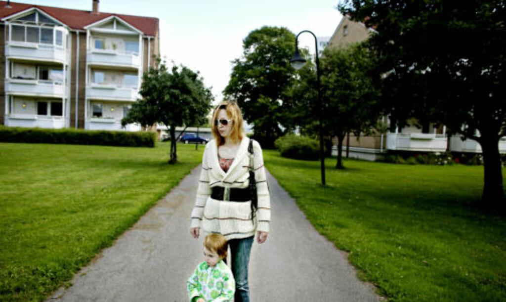 SLITER: Alexandra Dahl er arbeidsledig, og alenemor til datteren Johanna (2). De sliter med å finne et nytt sted å bo. Foto: Torbjørn Grønning / Dagbladet