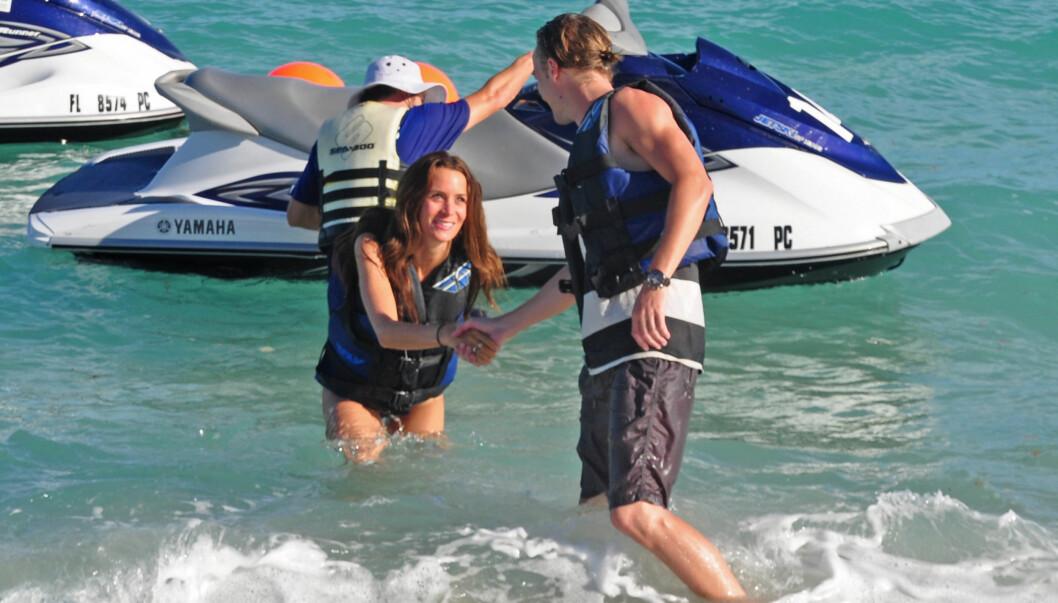 STORMFORELSKET: Paret viste følelser i bølgene. Foto: All Over Press