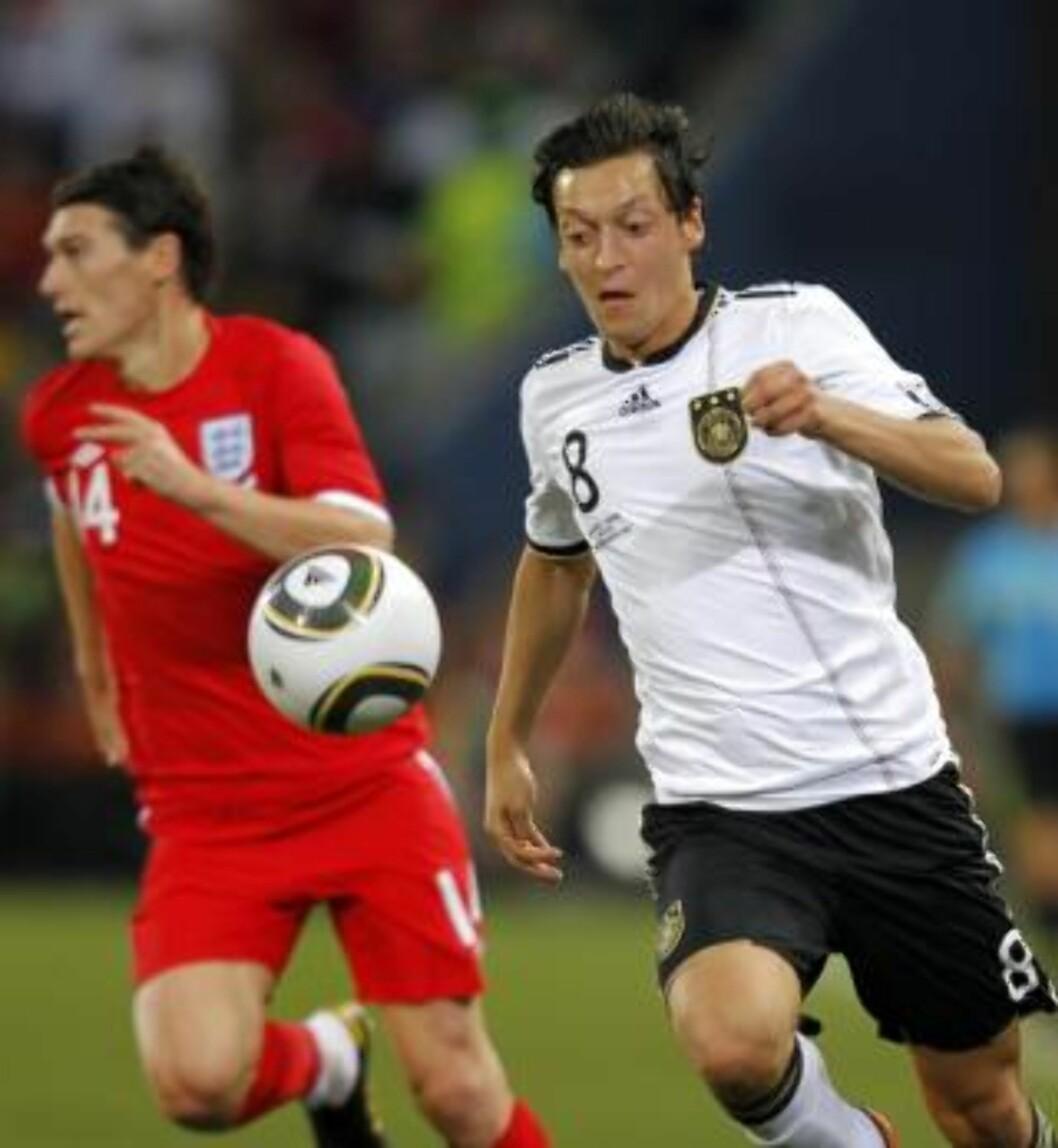 <strong>BARRY RUNDET:</strong> Drillo lar seg overraske over valget av Gareth Barry på den engelske midtbanen, her sliter han i kjølvannet av Mesut Özil. Foto: EPA/YURI KOCHETKOV