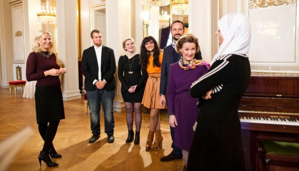 GOD STEMNING: Nylig arrangerte kronprinsparet og dronning Sonja julekonsert på slottet med nøye utvalgte artister og gjester.  Foto: NRK