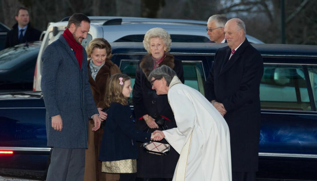 HILSTE PENT: Prinsesse Ingrid Alexandra hilste voksent på prost Berit Øksnes i Asker kirke, da hun ankom julegudstjenesten sammen med kongeparet og resten av kronprinsfamilien lørdag. Foto: STELLA PICTURES
