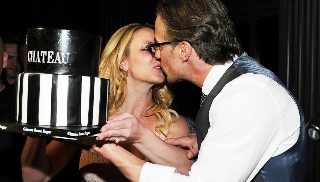 FORLOVET: Det nyforlovede paret Britney Spears og Jason Trawick kysser under hans 40-årsfeiring på Chateau Nightclub i forrige uke. Foto: All Over Press
