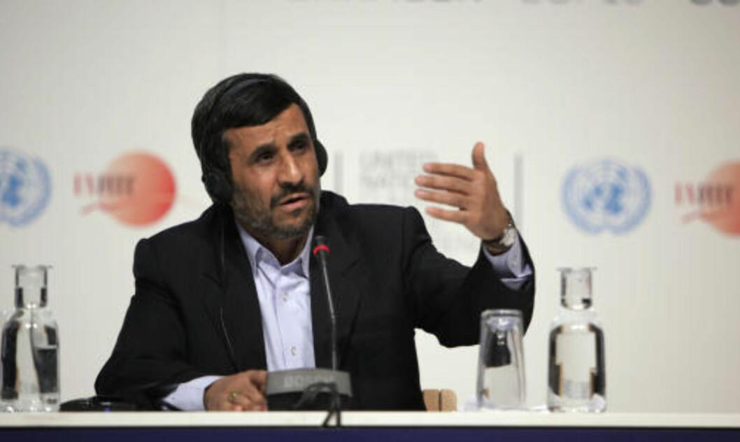 <strong>KRITISK TIL BLEKKSPRUTEN PAUL:</strong> Irans president Mahmoud Ahmedinejad. Bildet er tatt under en pressekonferanse i FNs klimakonferanse i København.  Foto: Peter Dejong/AP.
