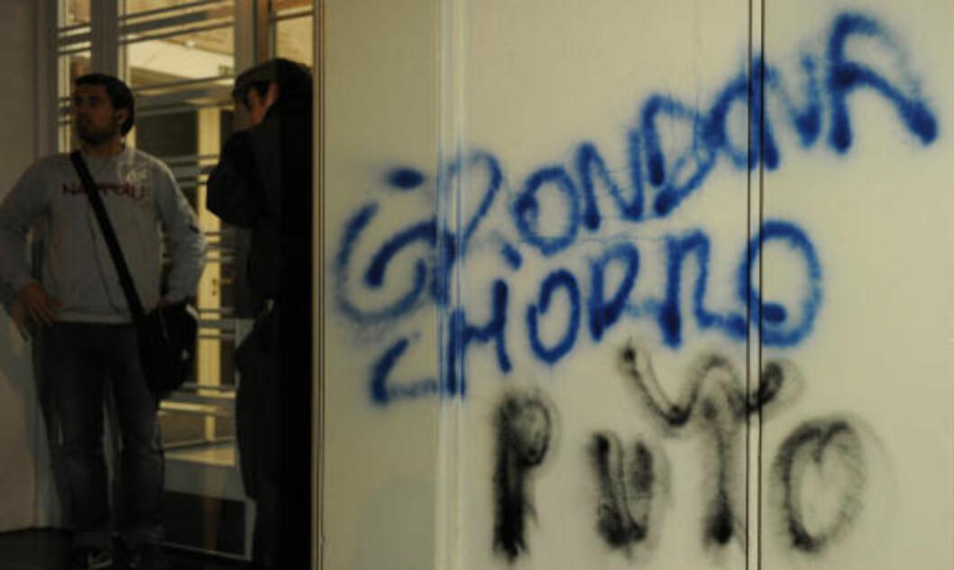 <strong>NEDSETTENDE:</strong>  Demonstranter tagget ned fasaden på AFAs kontorer, og det etterlot ingen tvil om hvem de så på som den store skurken; fotballpresident Julio Grondona.Foto: SCANPIX