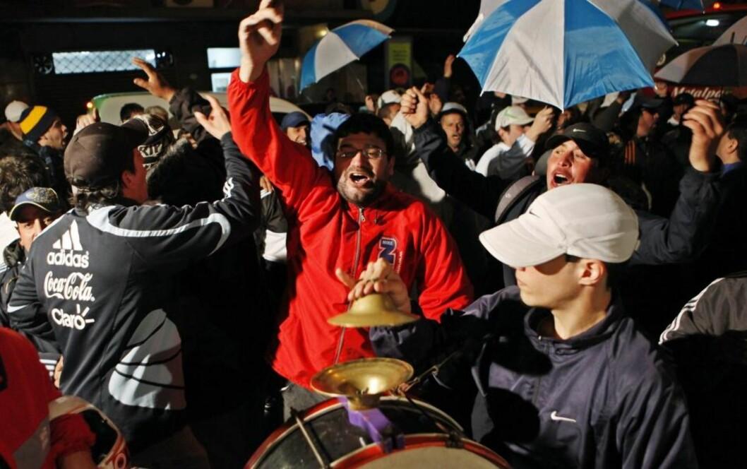 <strong>DEMONSTRANTER:</strong> Rasende Maradona-supportere omringet forbundskontoret til AFA i Buenos Aires like etter at det ble kjen at «El Diez» ikke får fortsette som landslagssjef.Foto: EPA/SCANPIX