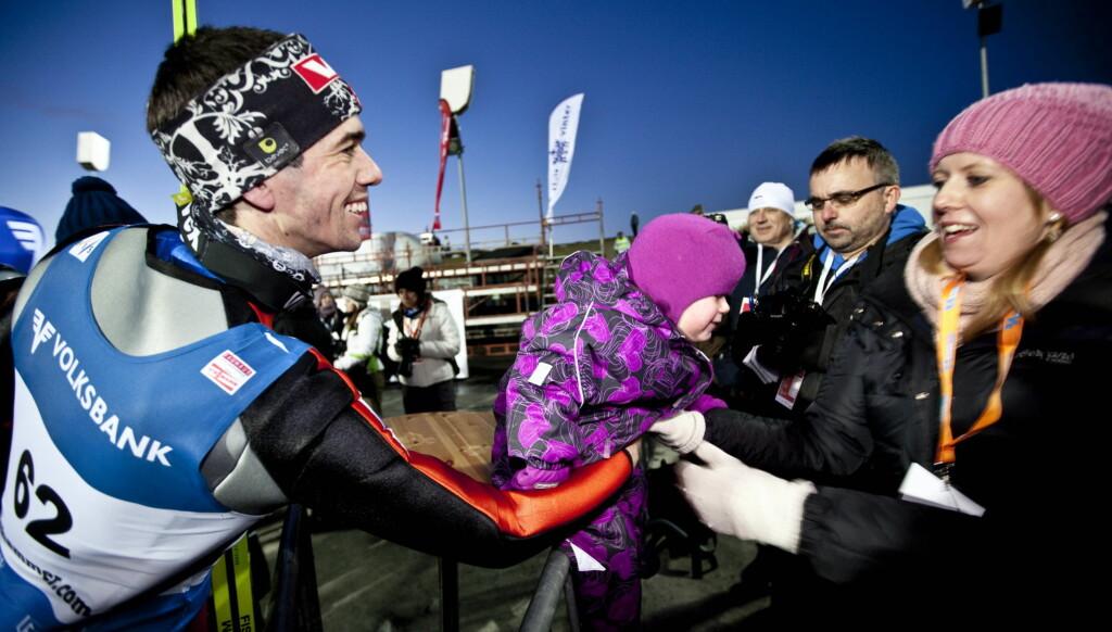 BLIR FORELDRE IGJEN: Anders Bardal ble gratulert av sin samboer Ingrid Opheim og deres datter Anna med 2. plassen i hopprennet i Lysgårdsbakken på Lillehammer tidligere i desember. Nå avslører han at han venter sitt andre barn.  Foto: Scanpix