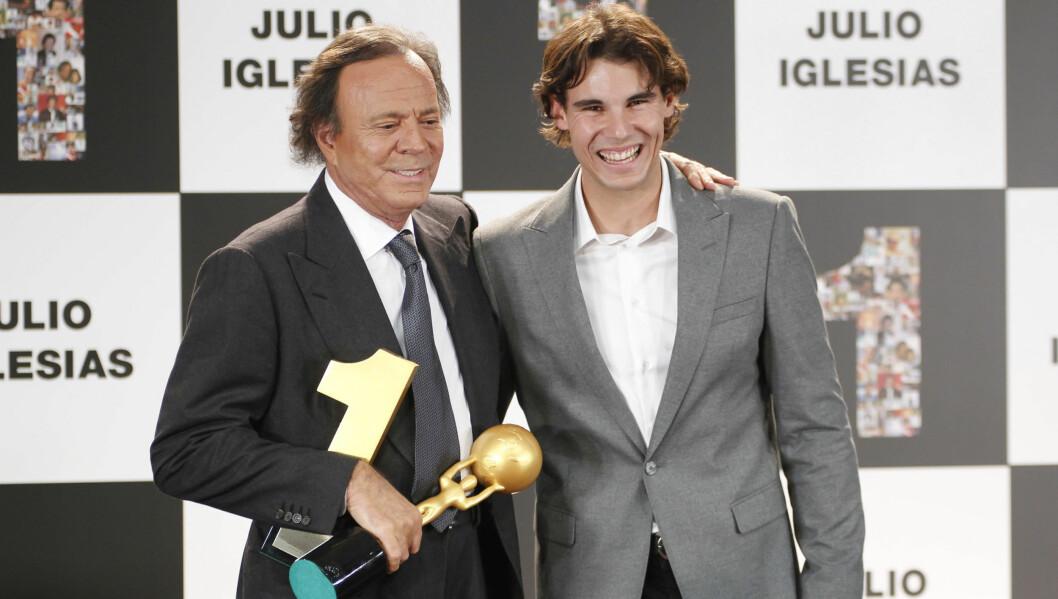 HYLLET KONGEN: Tennisstjernen Rafael Nadal (25) fikk i oppdrag å dele ut prisen til Spanias mestselgende artist Julio Iglesias. Som fra talerstolen annonserte at han trekker seg tilbake fra offentlighetens lys. Foto: Stella Pictures