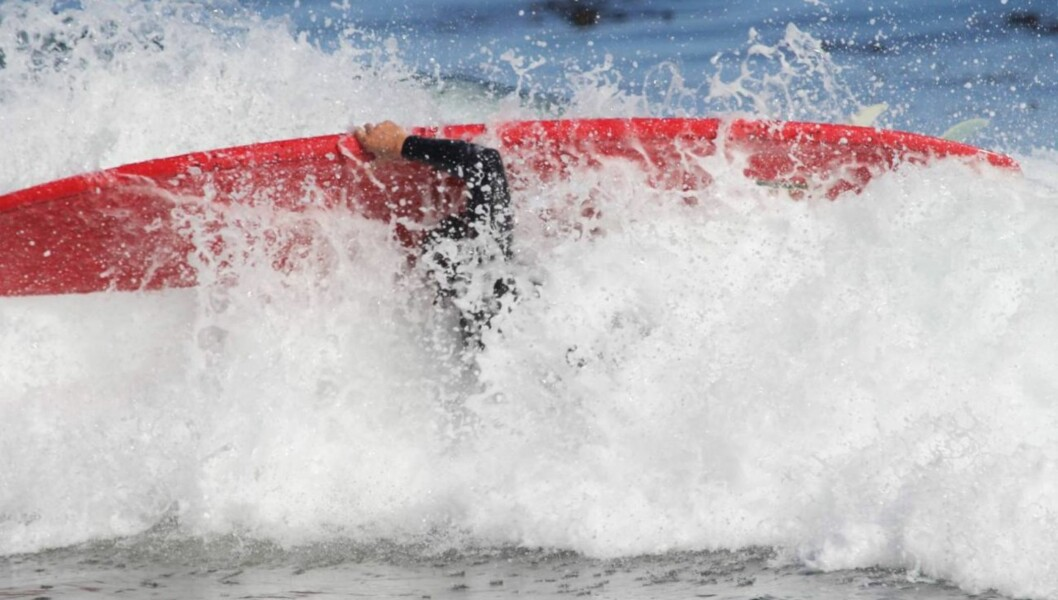<strong>I HARDTRENING:</strong> Gerard Butler har i flere måneder øvet seg på å surfe til sin rolle i den kommende filmen «Of Men and Mavericks». Her surfer han i Malibu i juni. Foto: All Over Press