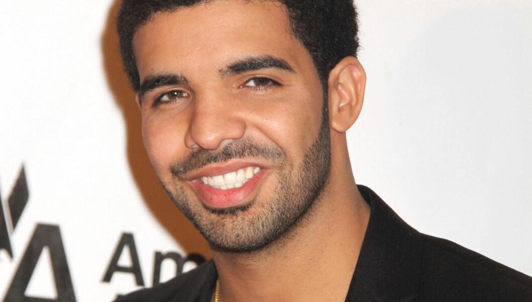 BÅDE OG: Drake sier at han ble flattert av at hun tattoverte navnet hans i panna, men har ingenting til overs for tattovøren. Foto: Stella Pictures