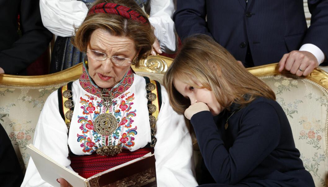 NÆRT FORHOLD: Ifølge kongeeksperter er kjemien mellom dronning Sonja og prinsesse Ingrid Alexandra spesiell. Foto: SCANPIX