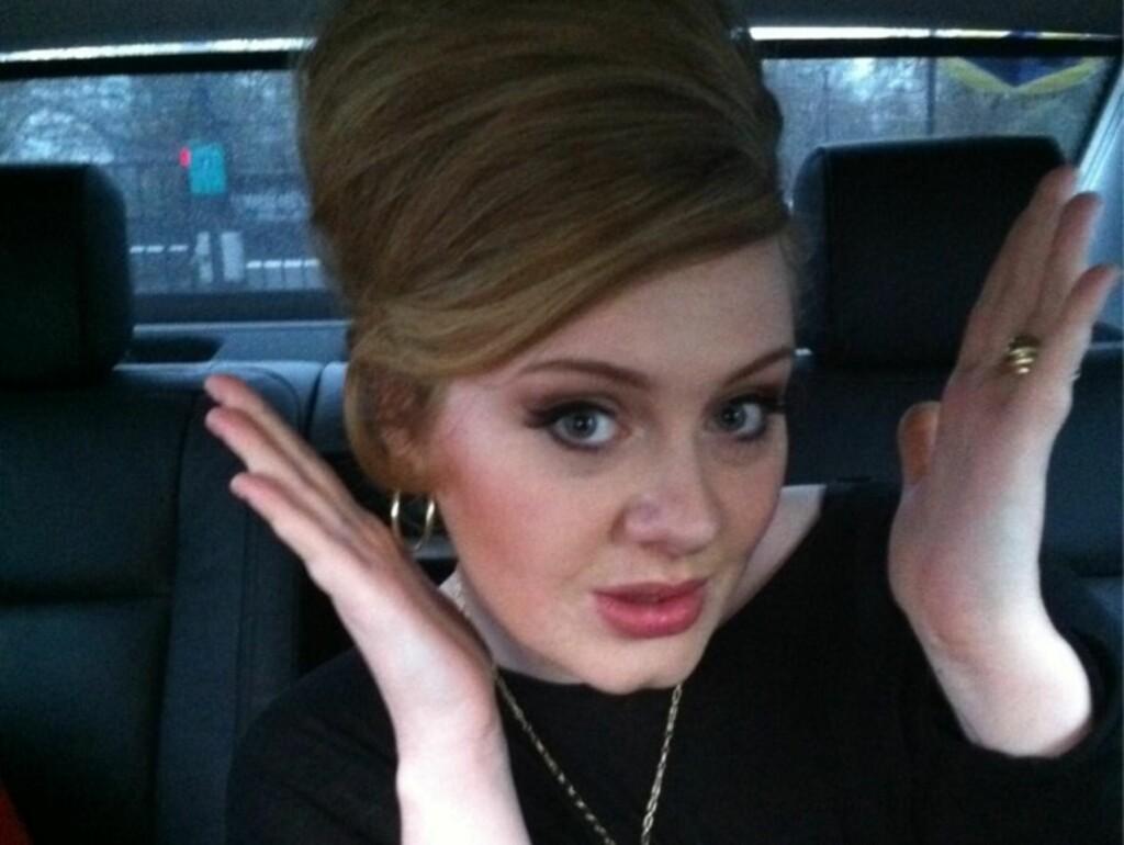 SLANK OVER NATTEN: Sangstjernen Adele ønsket i dag alle sine Twitter-følgere god jul med dette bildet. Det er tydelig at 23-åringen har gått kraftig ned i vekt den siste måneden.