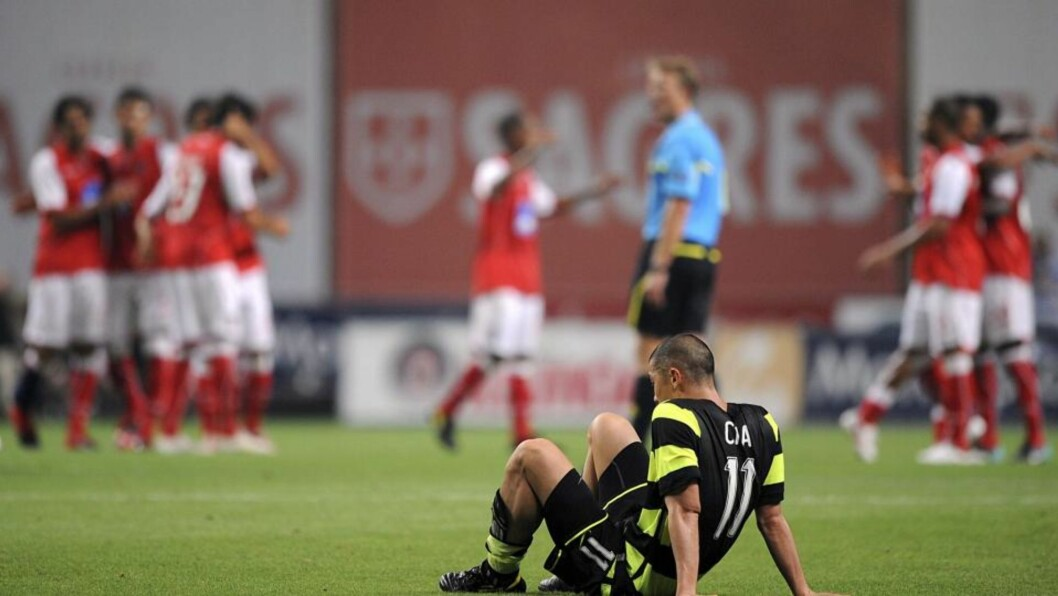 <strong>NITRIST:</strong> Braga-spillerne jubler, mens Cha Du-Ri sitter på gresset og depper. Det gjorde også de tilreisende supporterne. Foto: EPA