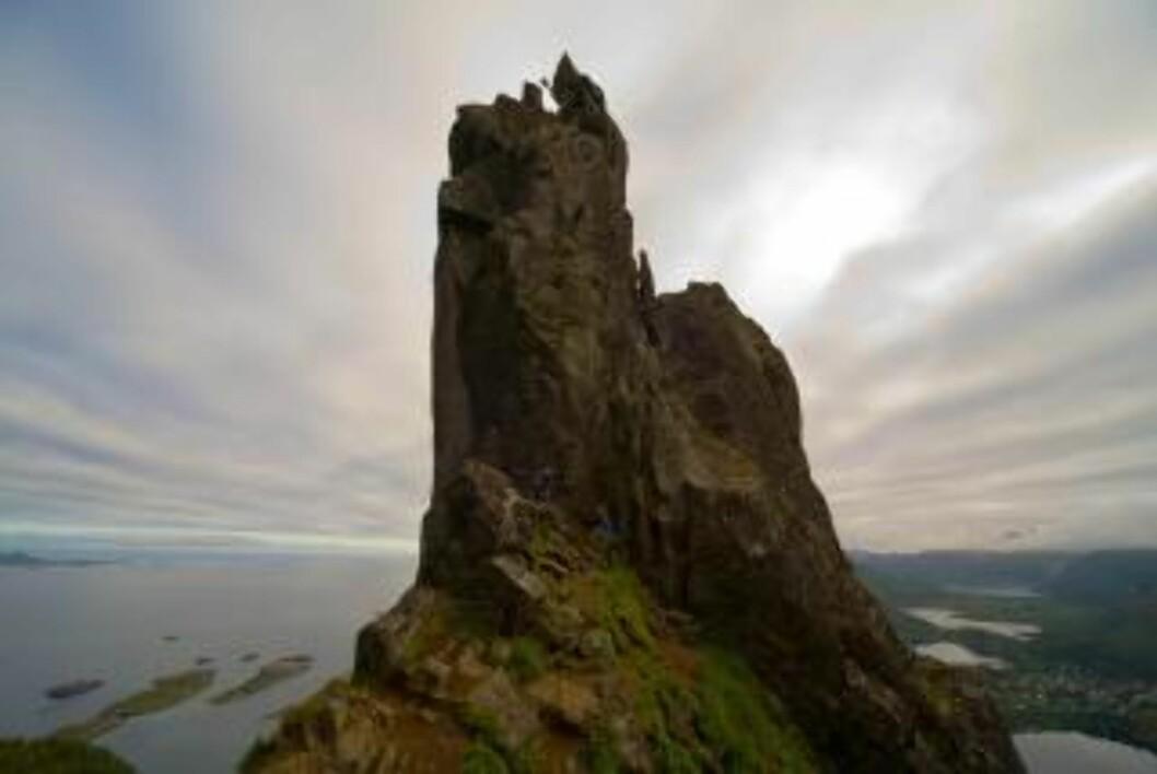 <strong>SVOLVÆRGEITA:</strong> Svolværgeita i Lofoten er 355 meter høy. Foto: Espen Mortensen