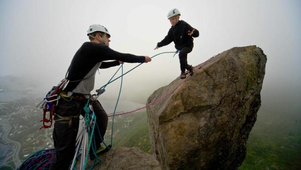 <strong>PÅ TOPPEN:</strong> Magnus Holm og pappa Geir Rune Holm nådde toppen av Solværgeita på fire timer. Foto: Espen Mortensen
