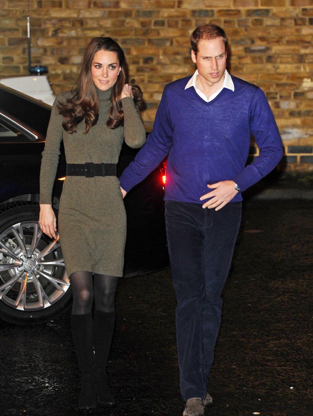 FORELSKA: Prins William la en kjærlig hånd på sin kones bakdel, da de var på vei inn til senteret for hjemløse tidligere denne uken. Foto: Stella Pictures