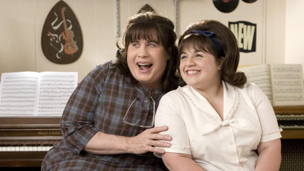 <strong>SUKSESS:</strong> Nikki Blonsky gjorde i 2007 suksess sammen med John Travolta (t.v.) i filmen «Hairspray». Foto: filmweb