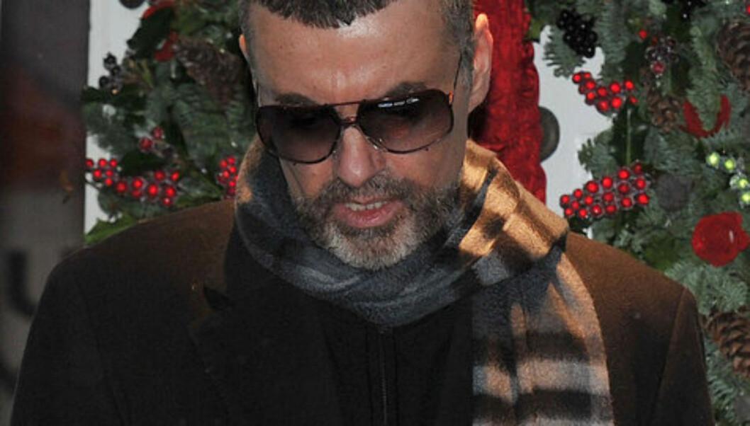 SLITEN: Det var en medtatt George Michael som fredag møtte pressen utenfor sitt hjem i London, etter at han i en måned har ligget på sykehus i Østerrike med en alvorlig lungebetennelse. Foto: Fame Flynet
