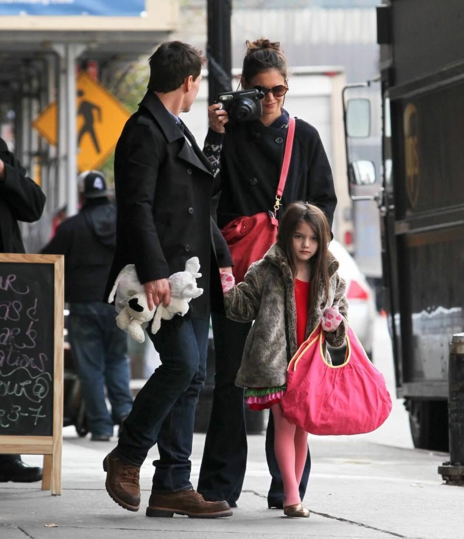 SMIL!: Katie Holmes fikk snappet et foto av sin kjente ektemann. Foto: All Over Press