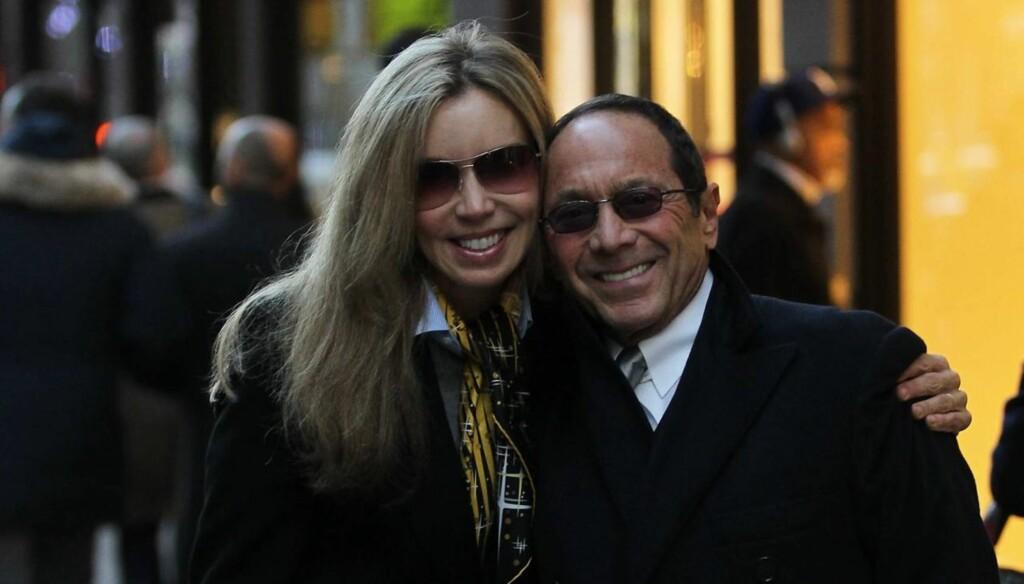 UKJENT ALDER: Paul Anka har funnet seg nok en mye yngre kvinne i Lisa Pemberton, selv om hun virker å være nærmere Paul i alder enn eks-kona Anna Anka var. Dette bildet er tatt i Madison Avenue i New York i forrige uke. Foto: All Over Press