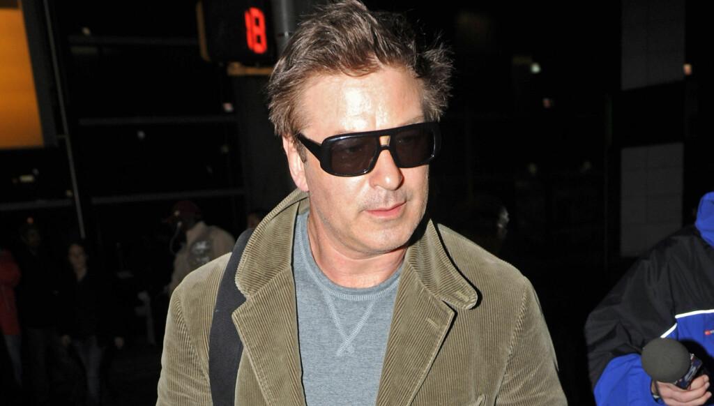 BLE KASTET AV: Her har Baldwin blitt kastet ut av flyet i Los Angeles. Foto: All Over Press