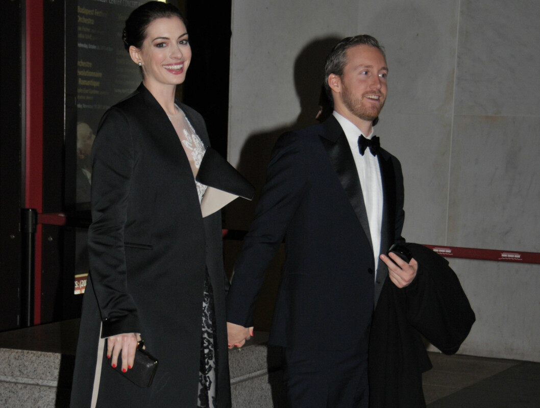 "NYFORLOVET: Anne Hathaway spilte sammen med Streep i ""The Devil wears Prada"" og kom til prisutdelingen med forloveden James Banks.  Foto: All Over Press"