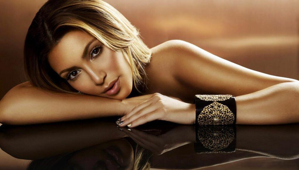 KUN MED ARMBÅND: Realitystjernen Kim Kardashian har stilt opp på flere bilder i den nye boken til inntekt for kreftsaken. Foto: Stella Pictures