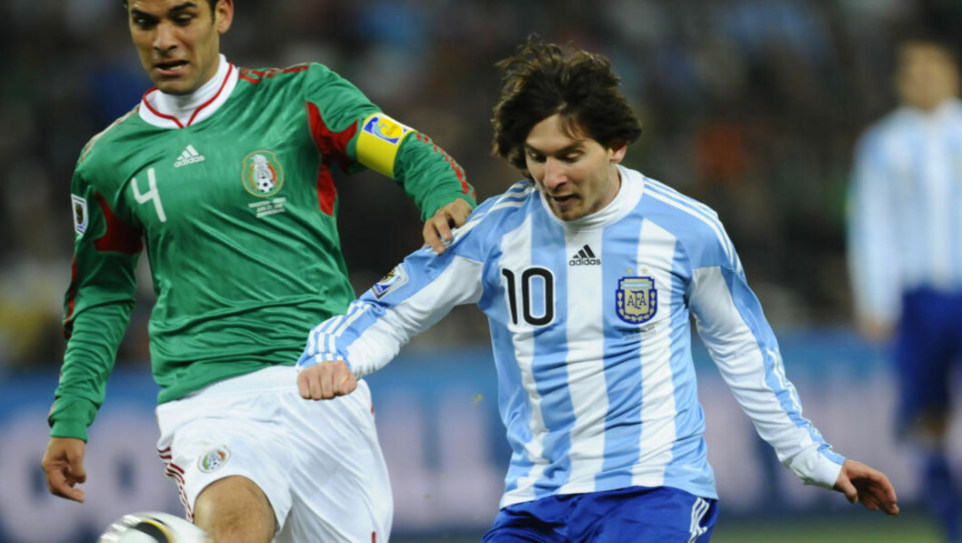 <strong>FORLATER MESSI:</strong> Rafael Márquez med kapteinsbindet for Mexico under åttedelsfinalen i VM i Sør-Afrika, der meksikanerne ble slått ut av Barca-kollega Lionel Messi og hans Argentina. Nå drar Márquez til New York Red Bulls. Foto: Daniel Garcia, AFP/Scanpix