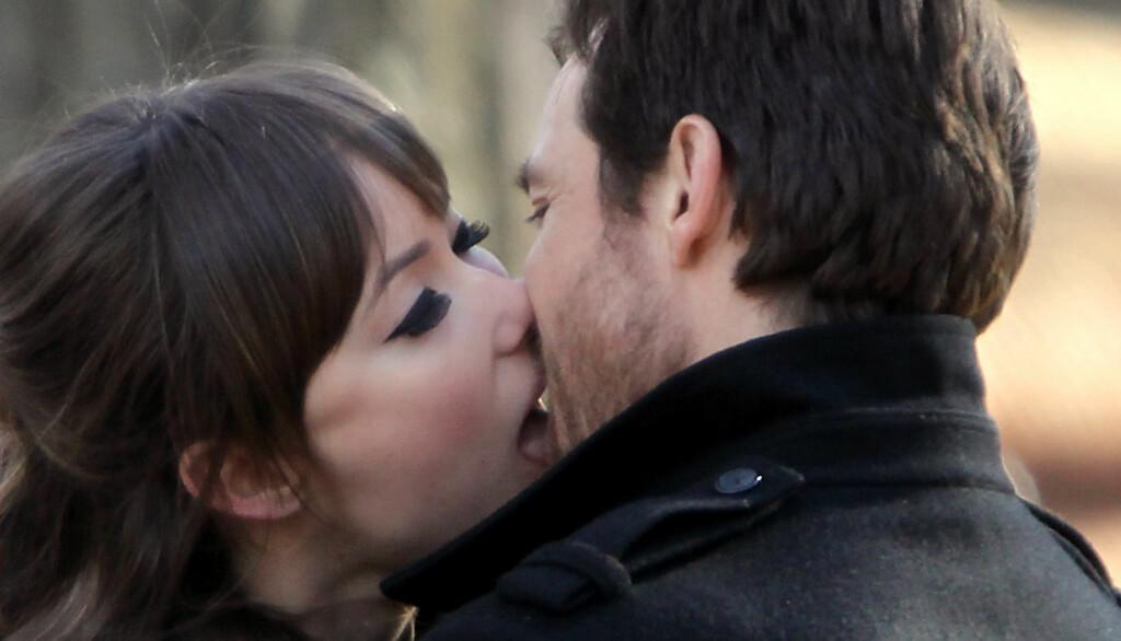 KYSS: Det så hett ut mellom de to skuespillerene Jason Bateman og Olivia Wilde.  Foto: Stella Pictures