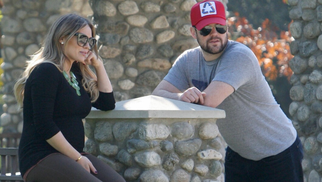 <strong>PUST I BAKKEN:</strong> Gravide Hilary Duff og ektemannen, den kanadiske ishockey-stjernen Mike Comrie, nøt en deilig dag i en park i Beverly Hills denne uken. Skuespillerens babymage var tydelig under den ettersittende genseren hennes.   Foto: All Over Press