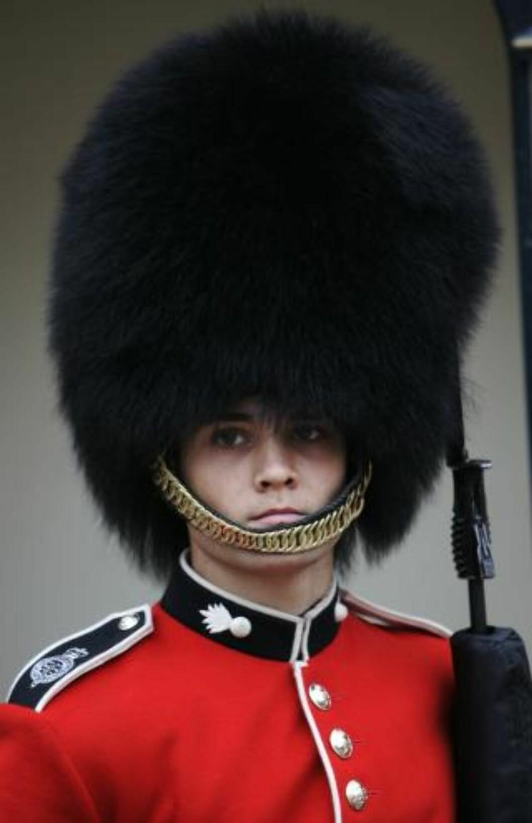 <strong>PELS:</strong>  Dette er hattene laget av bjørnepels som de britiske vaktene bruker. Foto: Scanpix
