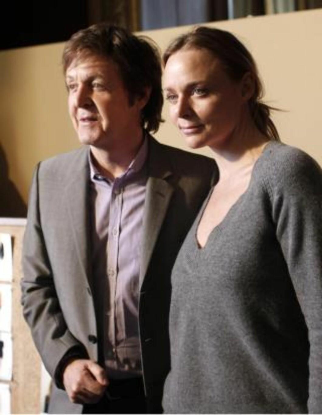 <strong>FORNØYD:</strong>  Morrissey er fornøyd med designer Stella McCartneys bruk av falsk pels i sine kolleksjoner. Her er hun med pappa Paul. Foto: Scanpix