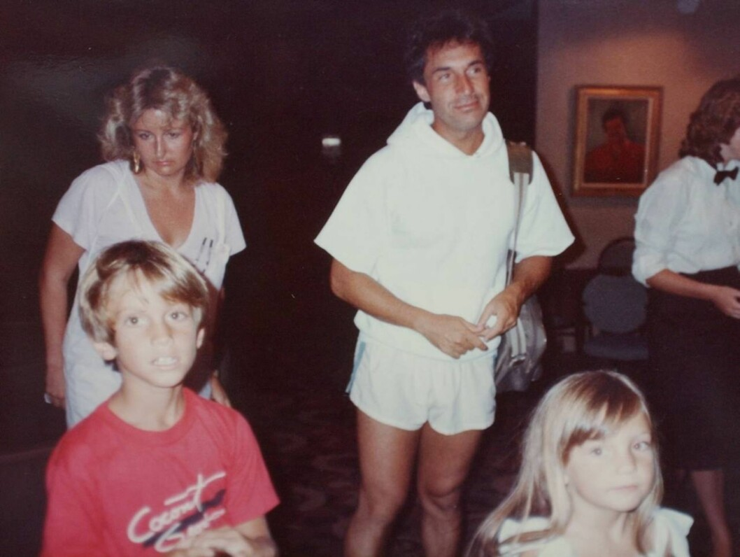 FORBANNET: Kate Hudson og hennes bror Oliver under et sjeldent besøk av faren. Foto: Stella Pictures
