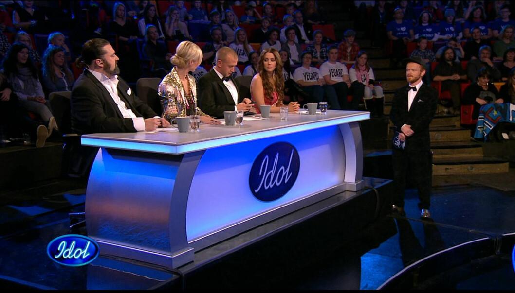 BRØT REGLENE: Her sender Gunnar Pettersen en SMS under fredagens «Idol», selv om det ikke er lov å ha på mobiltelefonen under sending.  Foto: TV2