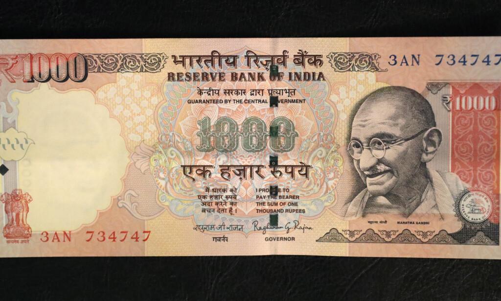 SLUTT PÅ DENNE: Statsminister Narendra Modi har annonsert at alle 1000- og 500-sedlene fra og med midnatt ikke kan brukes i store deler av landet. Foto: AP Photo/Manish Swarup/NTB Scanpix