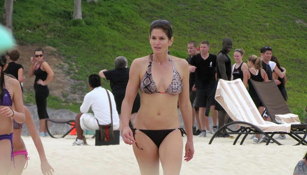 LEKKER: Folk på stranden i Mexico gjorde tilsynelatende store øyne da de fikk se den tidligere supermodellen Cindy Crawford spankulere på stranden - iført en liten bikini som viste frem 45-åringens flotte figur.   Foto: STELLA PICTURES