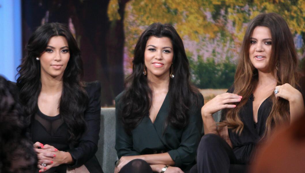 STEMPLES SOM IDIOTER: Realitysøstrene Kim, Kourtney og Khloe Kardashian får det glatte lag av skuespilleren Daniel Craig. Foto: Stella Pictures