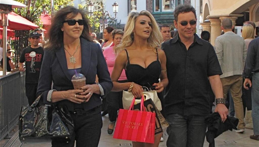 UNDERTØYSSHOPPING: Courtney Stodden tok med ektemannen Doug Hutchison og mamma Krista Keller da hun nylig trengte nytt undertøy fra «Victoria's Secret». Foto: All Over Press