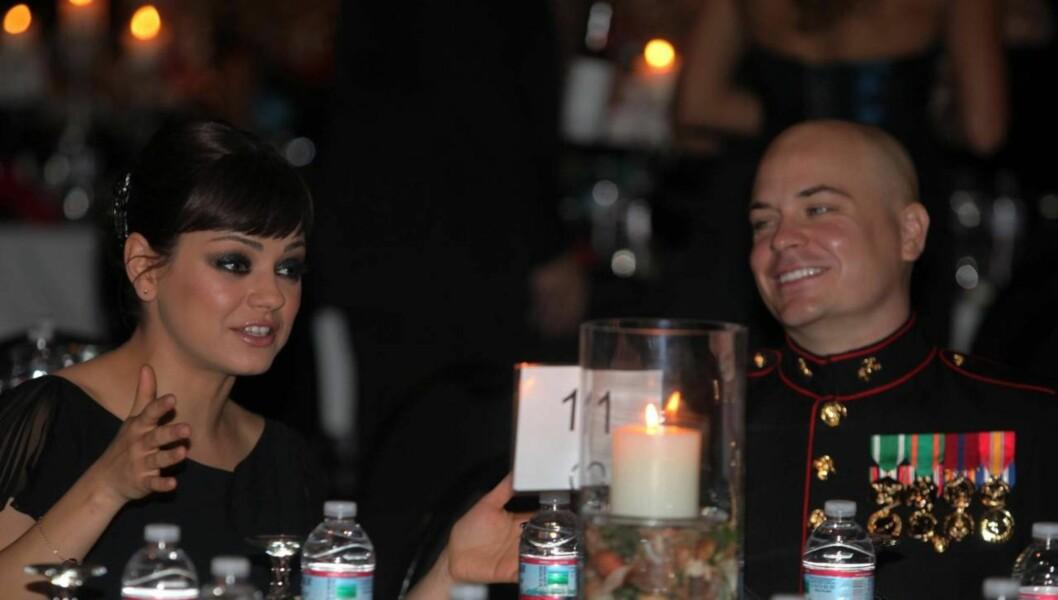 <strong>SMELLVAKKER:</strong> Det er nok mange som misunnet sersjant Scott Moore daten han hadde med seg til marineballet. Foto: All Over Press