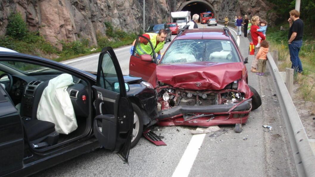 ULYKKESBELASTET:  Den røde bilen kom over i venstre kjørebane rett ut av Bietunnelen på E18 ved Grimstad - en strekning der det har vært flere alvorlige ulykker. Foto: Hilde Homdal Larsen.