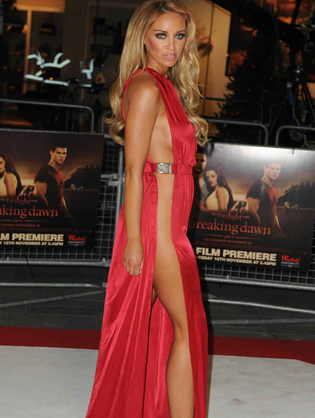 AVSLØRENDE: Lauren Pope ankom «Twilight»-premieren i denne ildrøde herligheten. Foto: Stella Pictures