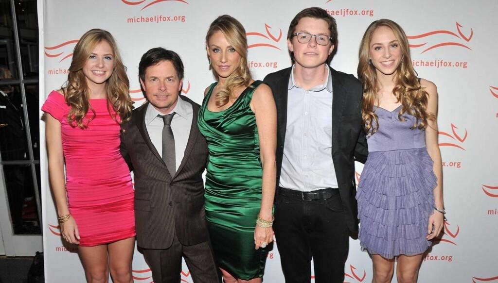 FAMILIEN: Michael J. Fox med kona Tracy Pollan, sønnen Sam Fox og tvillingdøtrene Schuyler Fox og Aquinnah Fox var tilstede under «A Funny Thing Happened On The Way To Cure Parkinsons»-tilstelningen i New York helgen som var. Foto: All Over Press