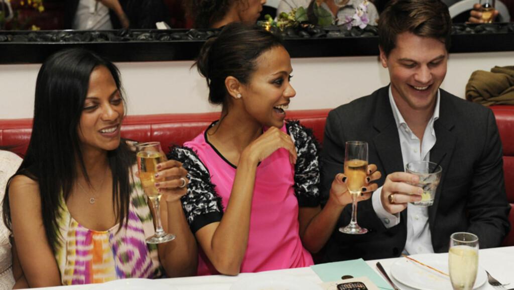GODE VENNER: Skuespiller Zoe Saldana (midten) og forloveden Keith Britton skal fortsatt være gode venner etter bruddet. Det betyr forhåpentligvis at det blir flere slike festlige anledninger for de to - her avbildet med Saldanas søster Cicely under en  Foto: All Over Press