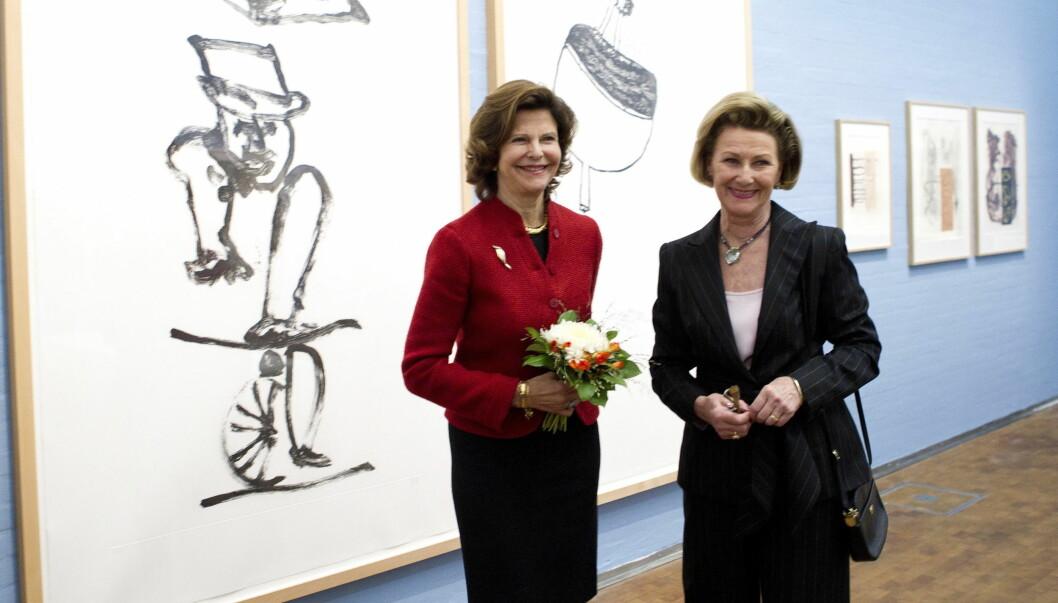 SAMMEN: Dronning Silvia og dronning Sonja var i godt humør under utstillingen «Under stort press» i Dunkers Kulturhus i Helsingborg. Foto: Scanpix