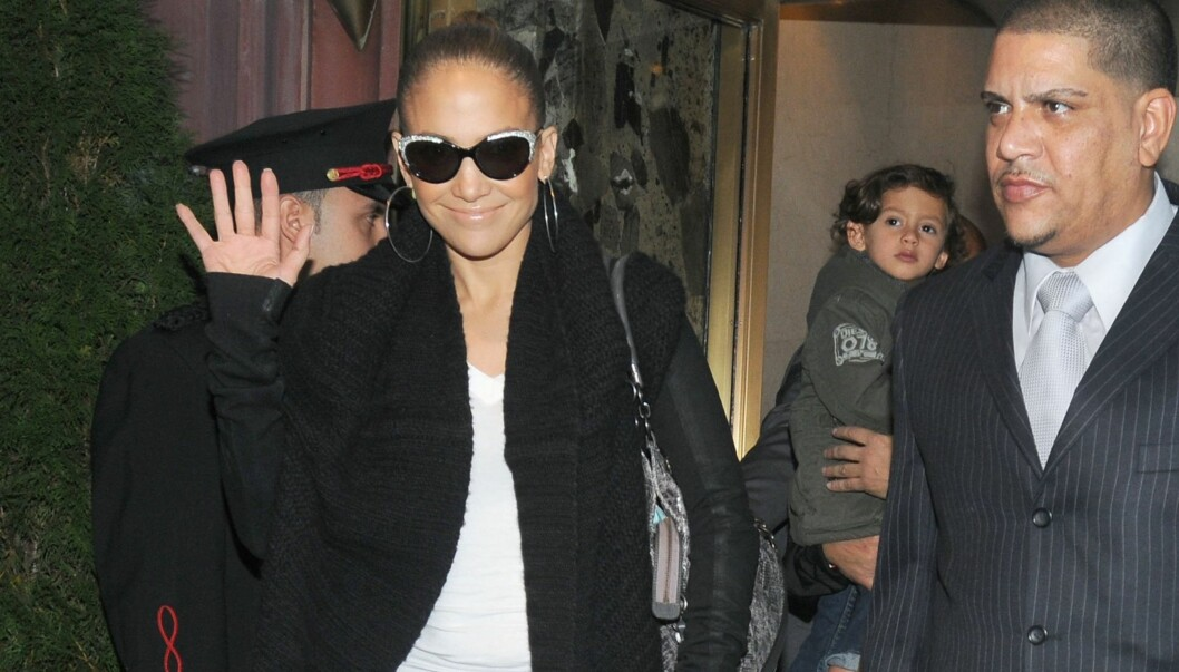 SMØRBLID: Sangdivaen Jennifer Lopez var tydelig fornøyd da hun forlot hotellet sitt i New York i går. Med seg hadde hun barna Max og Emme. Foto: All Over Press