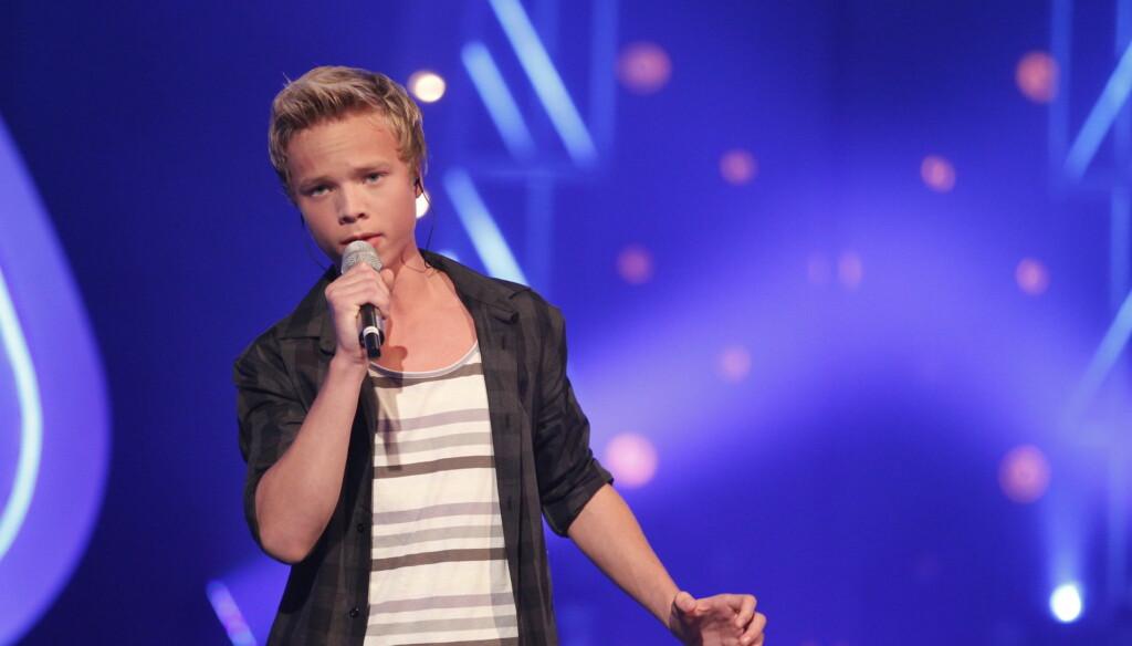 SJARMØR: Isak Heim har sjarmert seg videre fra de første finalerundene i «Idol» med sin imponerende stemme og flotte utstråling. Fredag kveld har han nok en sjanse til å sjarmere TV-seerne.  Foto: FAME FLYNET