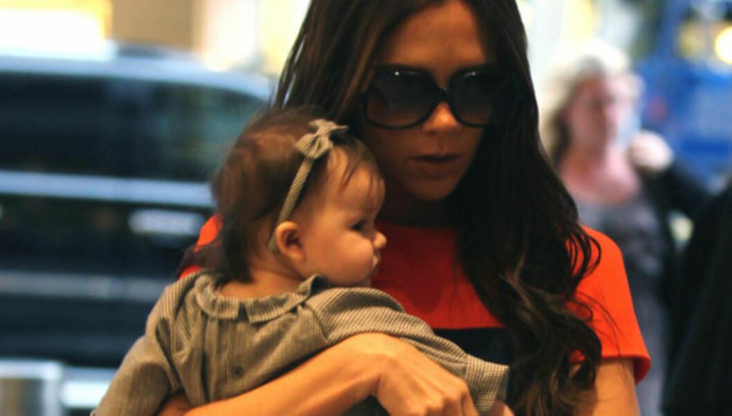 KUN NYE KLÆR FOR DATTEREN: Victoria Beckham skal ha sagt bestemt nei da Kaite Holmes tilbød henne designkjolene som datteren Suri Cruise har vokst i fra. Foto: Stella Pictures